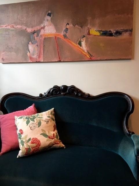 """Vanna Rosenberg tycker om konst och inredning, men det får inte vara för flådigt. Soffan är ett arvegods från mormor och morfar och sedan från mamma. Tavlan Heter """"Prinsessa i Palestina"""" och är målad av vännen Lotta Wästerlid Zmuda-Trzebiatowski."""