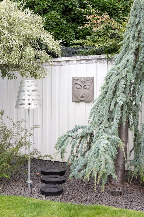 Svarta betongfat av Lena Bejram, Buddhahuvud i betong från Solhaga samt en läcker lampa i zink från Sylvan i Köpenhamn är andra dekorativa inslag.