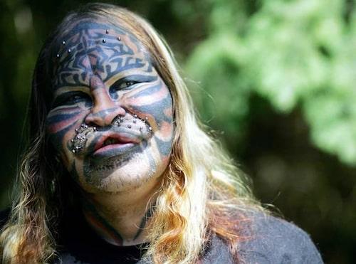 Cat, eller Dennis Avner som han egentligen heter, har opererat in morrhårsfästen i överläppen och gjort flera smärtfyllda kroppsmodifikationer för att likna sitt indianska totemdjur – Stalking Cat.