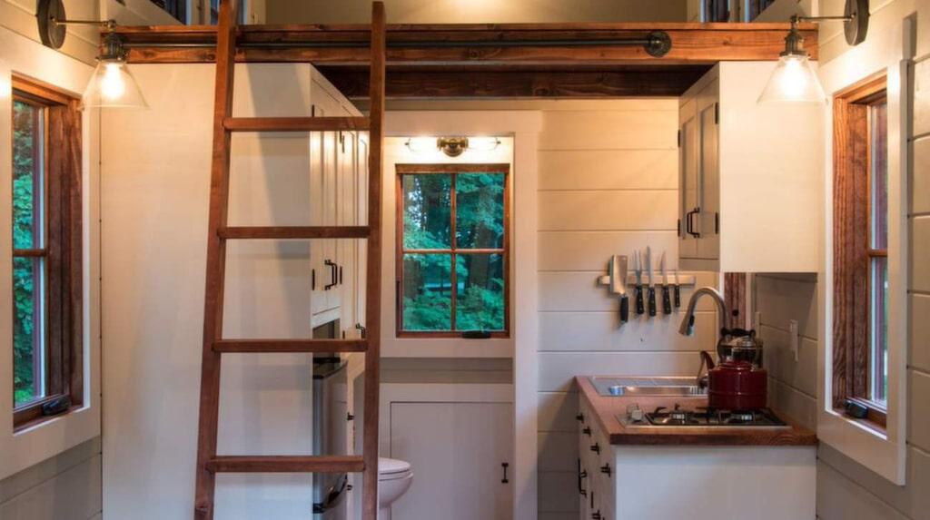 Välkommen in! Längst bort till vänster är toaletten. Köket är till höger och ovanför finns ett loft.
