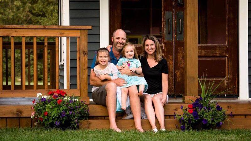 Adam Boyd med sina stolta döttrar och frun.