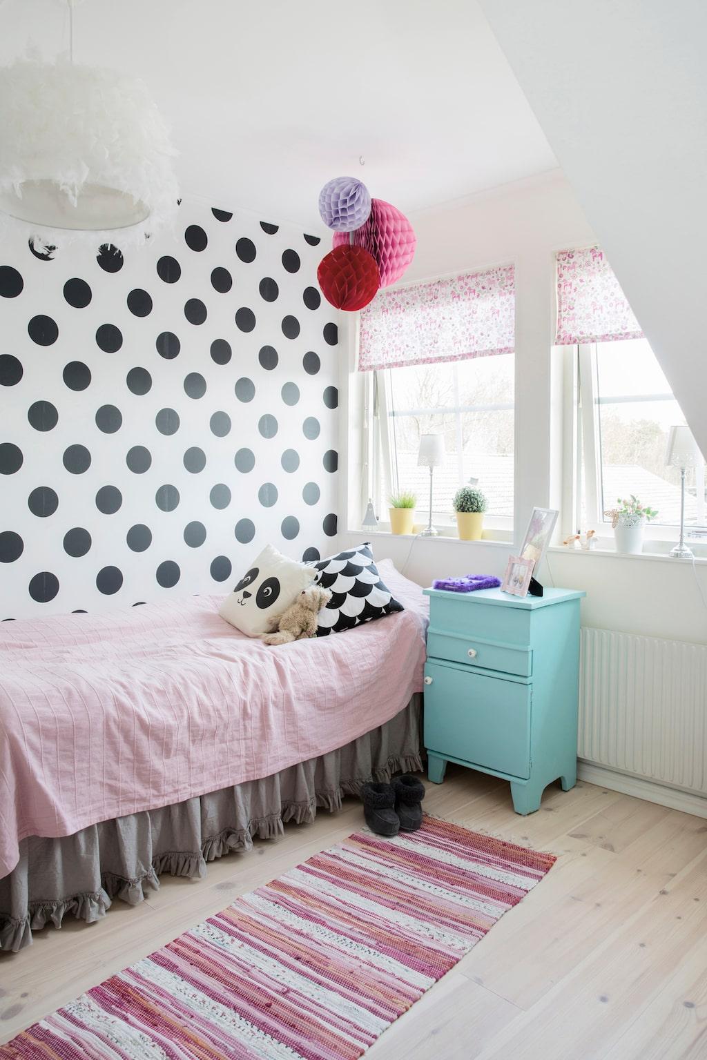 """""""Iris bestämmer själv över sitt rum, det måste hon få göra. Hon tar gärna in mycket färger"""" säger Lindie. Nattduksbordet, fyndat på loppis, är ett exempel på det."""