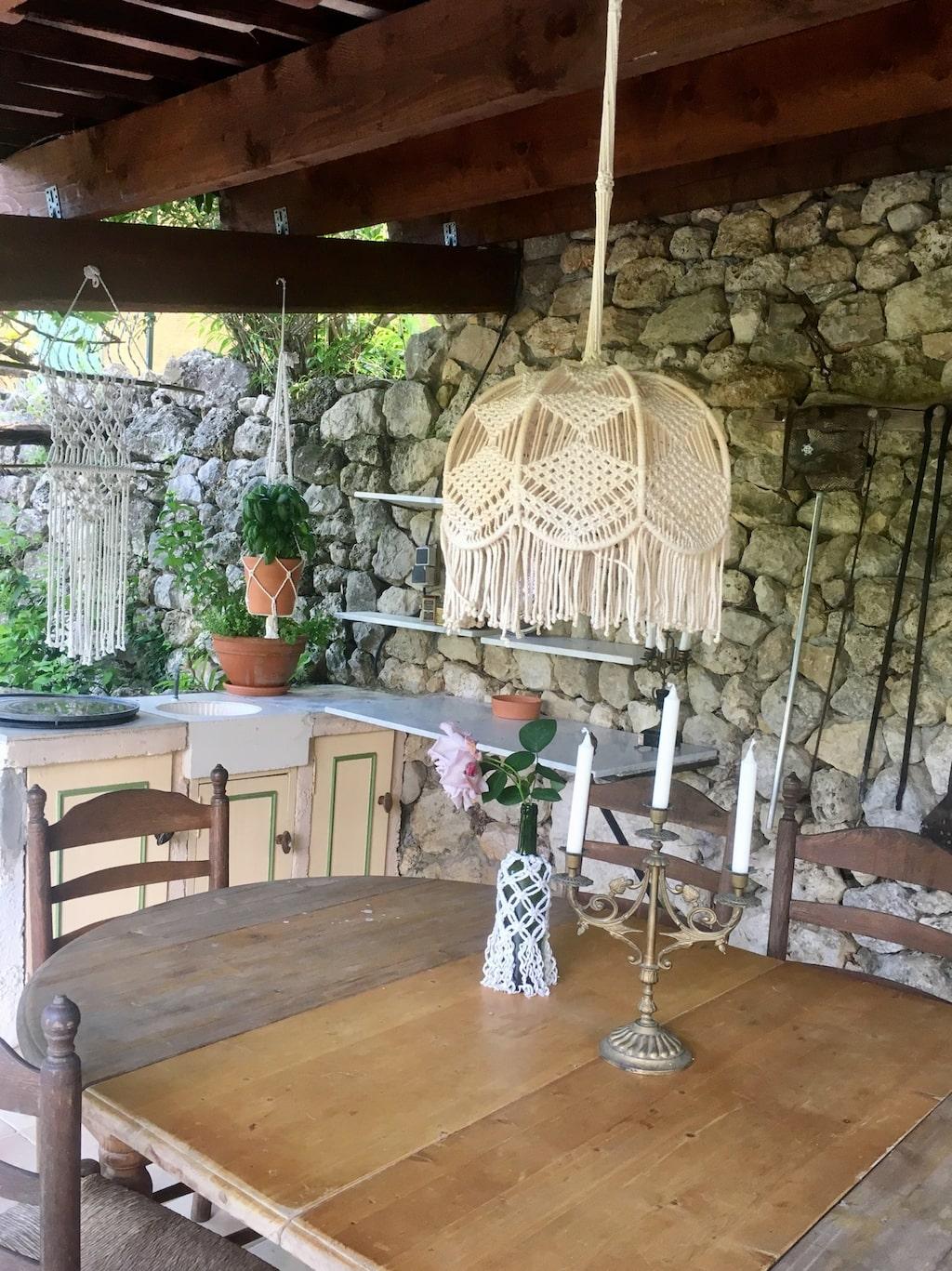 Matbord i uteköket.