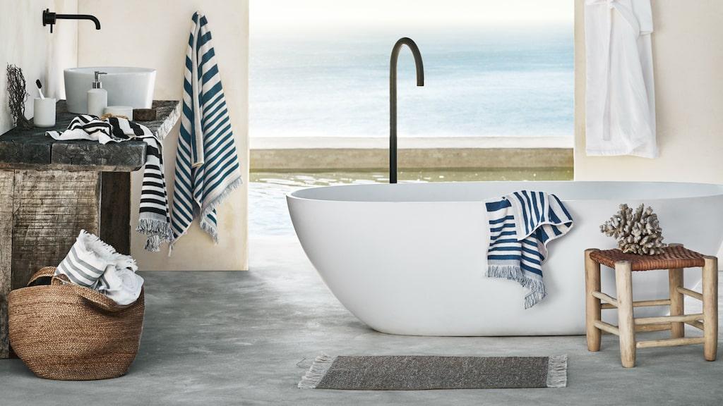 Vem skulle inte vilja ligga i det här badet och blicka ut över vattnet?