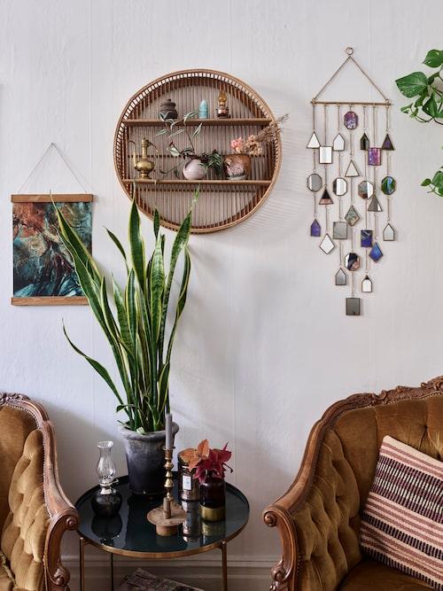Fåtöljerna är Blocketfynd och den tillhörande soffan står i sovrummet. Rund hylla, Madam Stoltz. Spegeldekorationen, Indiska. Print, Junique.se. Kudde, Søstrene Grene. Bord, Ellos.