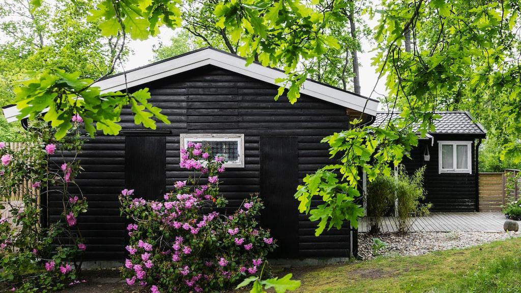 Stugan ligger i Vejbystrand, tio minuters promenad från stranden.