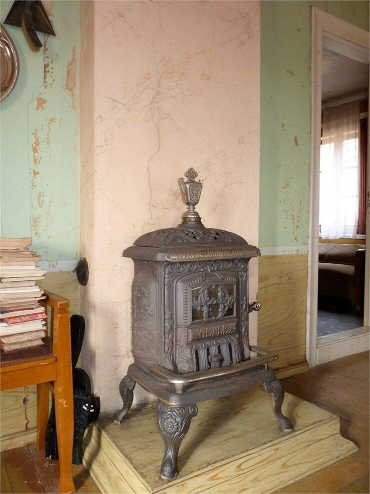 I finrummet står en av flera kaminer.