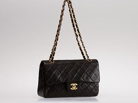 """Axelremsväska, """"Double Flapbag"""", 1991-1994 Chanel. Svärtad lammskin med detaljer i gulmetall. Längd 23 cm. Certifikat medföljer. 15 x 23 x 7 cm. Slutpris: 20 000 kronor."""
