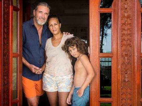 Kjell med sin fru Karin och sonen Leo i hemmet i Thailand.