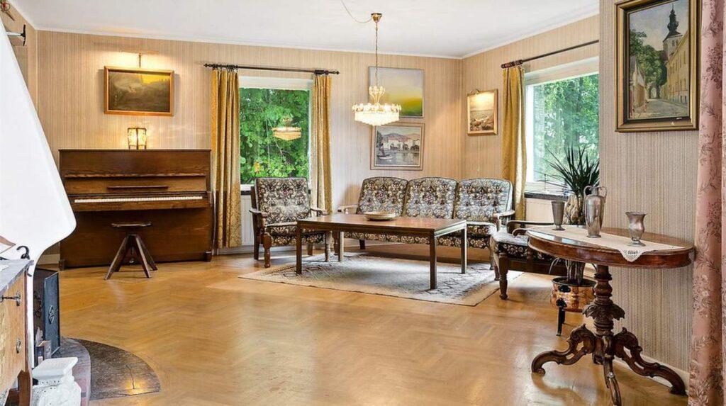 Vardagsrum med gammalt piano.