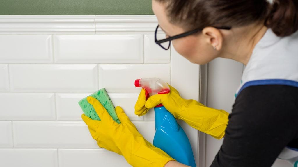 Har du ättika och en citron hemma har du allt som behövs för att göra ditt eget rengöringsmedel.