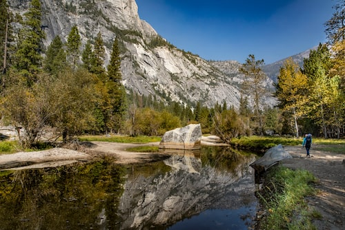 Vandring till Mirror Lake i Yosemite Valley.