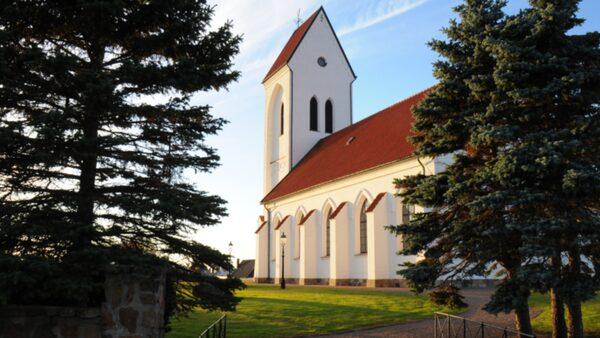 Kyrkan arrangerar konserter och evenemang sommartid.