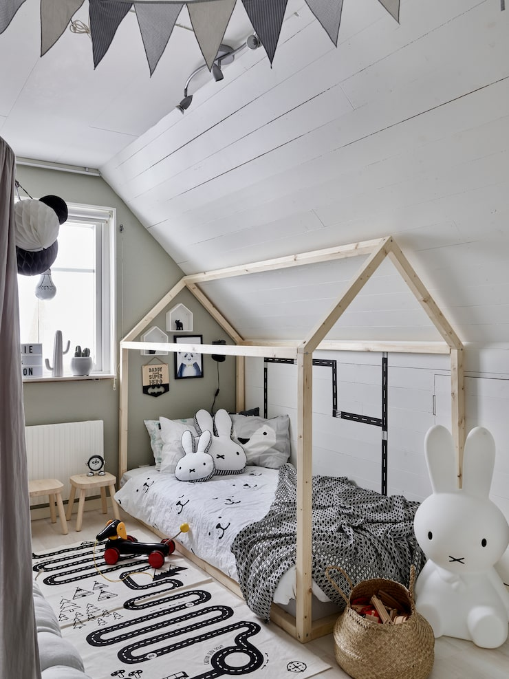 Eltons fina säng, byggd som ett hus, är alldeles ny och byggd av en god vän till familjen. Matta, Oyoy. Lampa, Miffy. Sängkläder, Tellkiddo.
