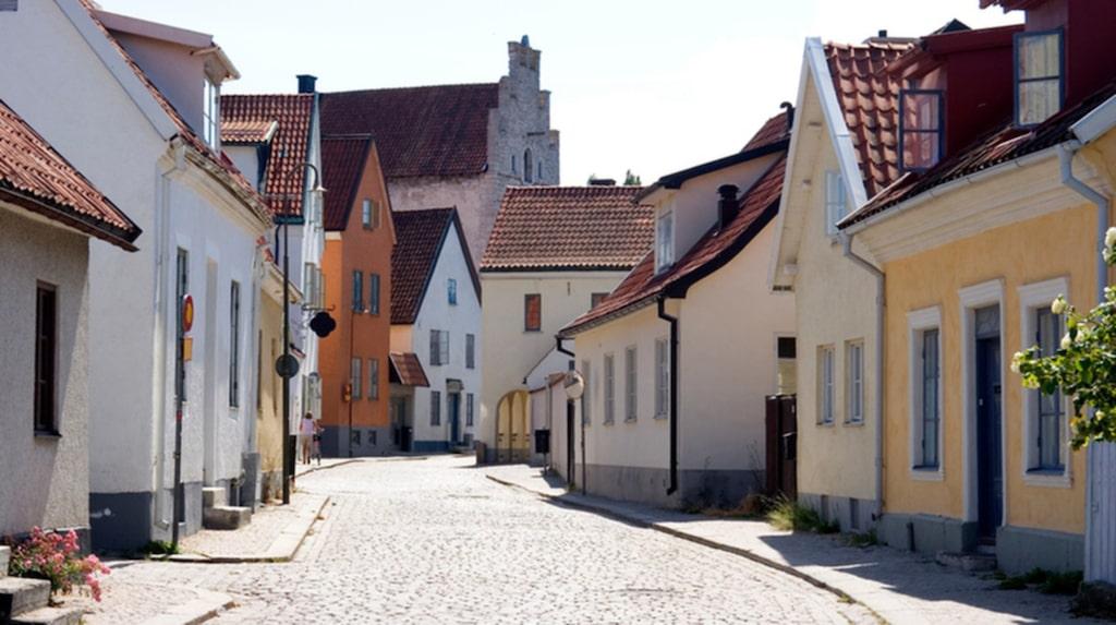 Gotland är ett hett semestermål och många är det som drömmer om att ha ett eget boende där.