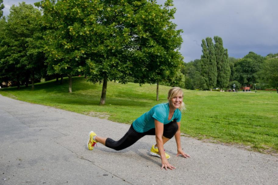 <strong>VECKA 2</strong><br><strong>SMALARE MIDJA OCH TAJTARE RUMPA</strong><br><strong>Jogga uppför backar</strong><br>Hitta en backe med kraftig lutning. Börja tio meter nedanför och gå eller spring så snabbt du kan uppför 10-15 gånger. Du får upp pulsen och jobbar mycket med rumpmuskulaturen.<br><strong>HUR OFTA: </strong>30 minuter, två gånger i veckan.<br><br><strong>Spring mellan lyktstolpar</strong><br>Öka tempot och spring allt du kan mellan två lyktstolpar och gå en. Nu bränner du allt från 300-600 kalorier per pass.<br><strong>HUR OFTA: </strong>30 minuter, två gånger i veckan.<br><br>Sicksack-hopp<br>Stå i ett vanligt utfall med ett rakt bakre ben och ett böjt främre ben. Nudda marken med båda händer. Hoppa snett ut åt motsatt sida och landa på andra foten. Här får du garanterat träningsvärk eftersom du tränar muskler man i regel inte använder.<br><strong>HUR OFTA:</strong> 20 gånger sex repetitioner.<br><br>SE även nästa bil för den fjärde övningen vecka 2.