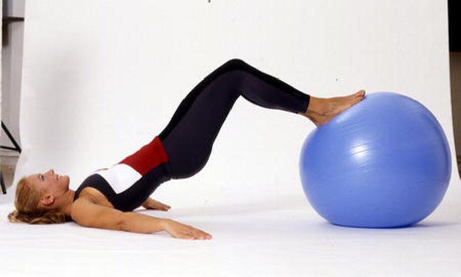 5. Stjärtlyft: Ligg på rygg på golvet och placera fötterna på bollen. Lyft upp höften så att kroppen bildar en rak linje. Pressa ihop skinkorna så att du känner hur musklerna jobbar och håll kvar ett par sekunder. Gå långsamt tillbaka och upprepa övningen.