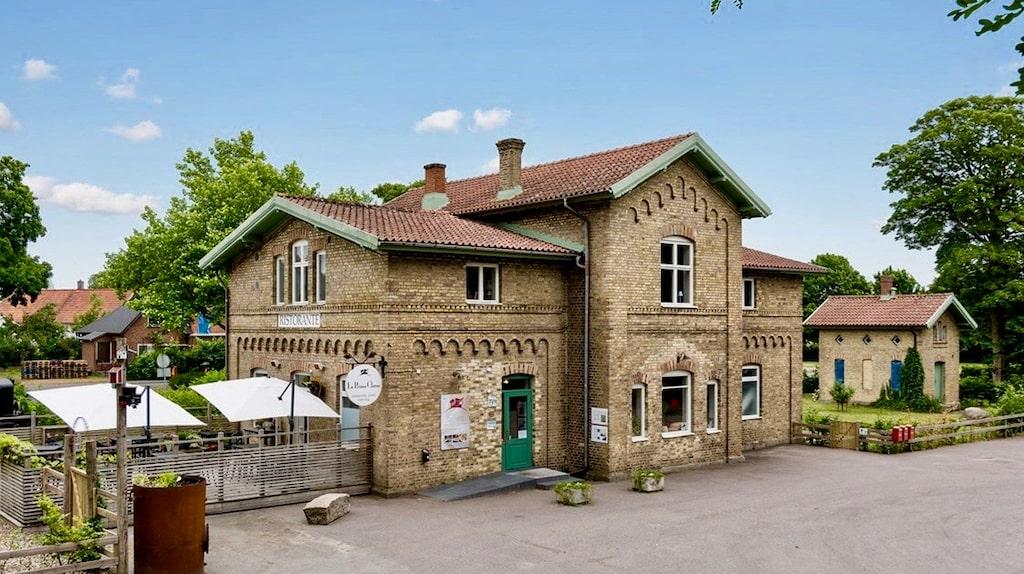 Centralt i Lövestad ligger ett mycket vackert stationshus från 1865 som nu är till salu på Hemnet