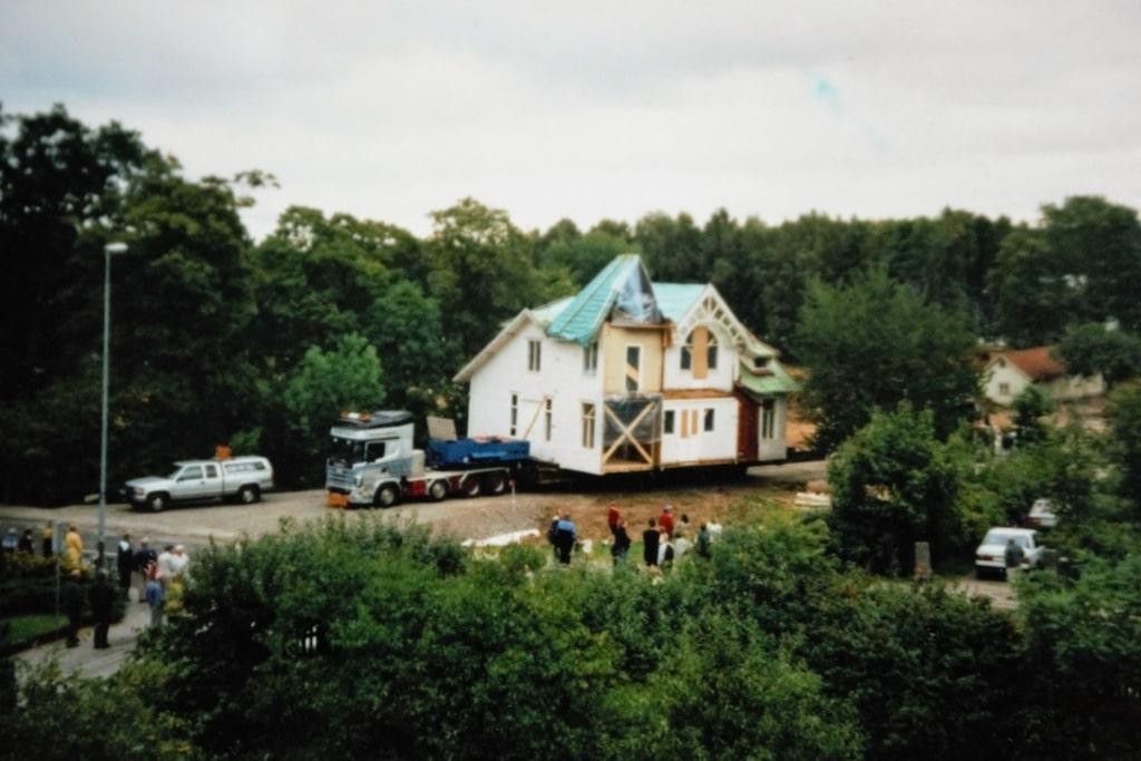 Här en bild från den dramatiska flytten av det gamla övergivna huset.