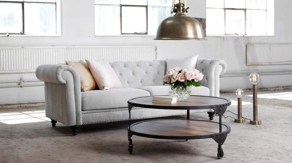 <p>Tresitssoffa Nelly i sandfärgat tyg. 219 centimeter bred, 11 995 kronor, EM möbler.</p>