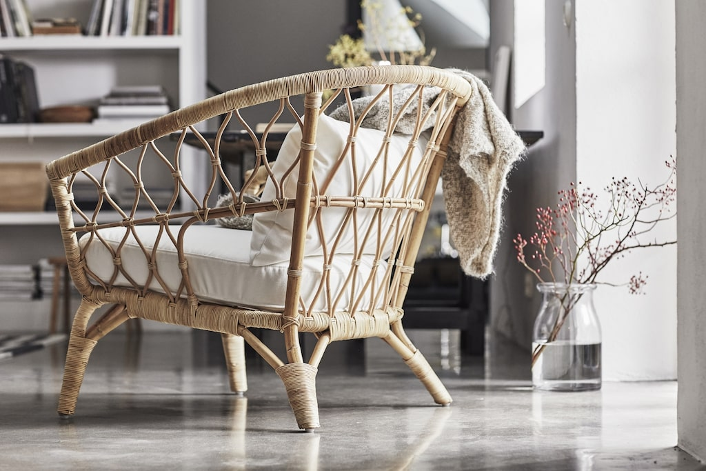 Rotting är ett taktilt naturmaterial som används i kollektionen. En av Ikeas designer  åkte till fabriken i Indonesien för att samarbeta med de lokala hantverk- arna för att säkra bästa möjliga kvalitet. Fåtölj i handgjord rotting, 1495 kronor.