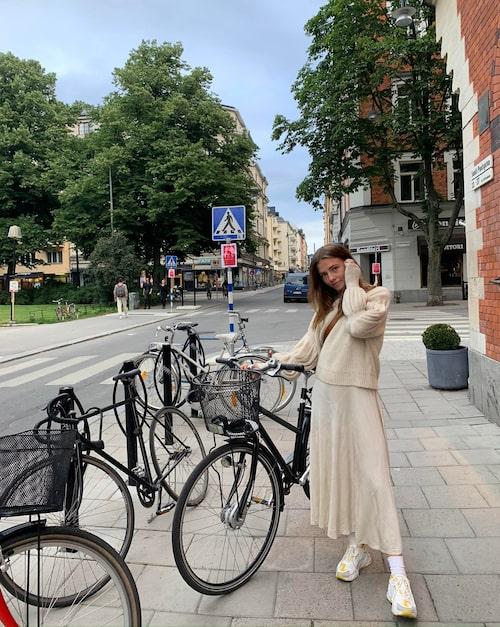 Sofia med sin cykel utanför där hon bor, vid Mariatorget på Södermalm.
