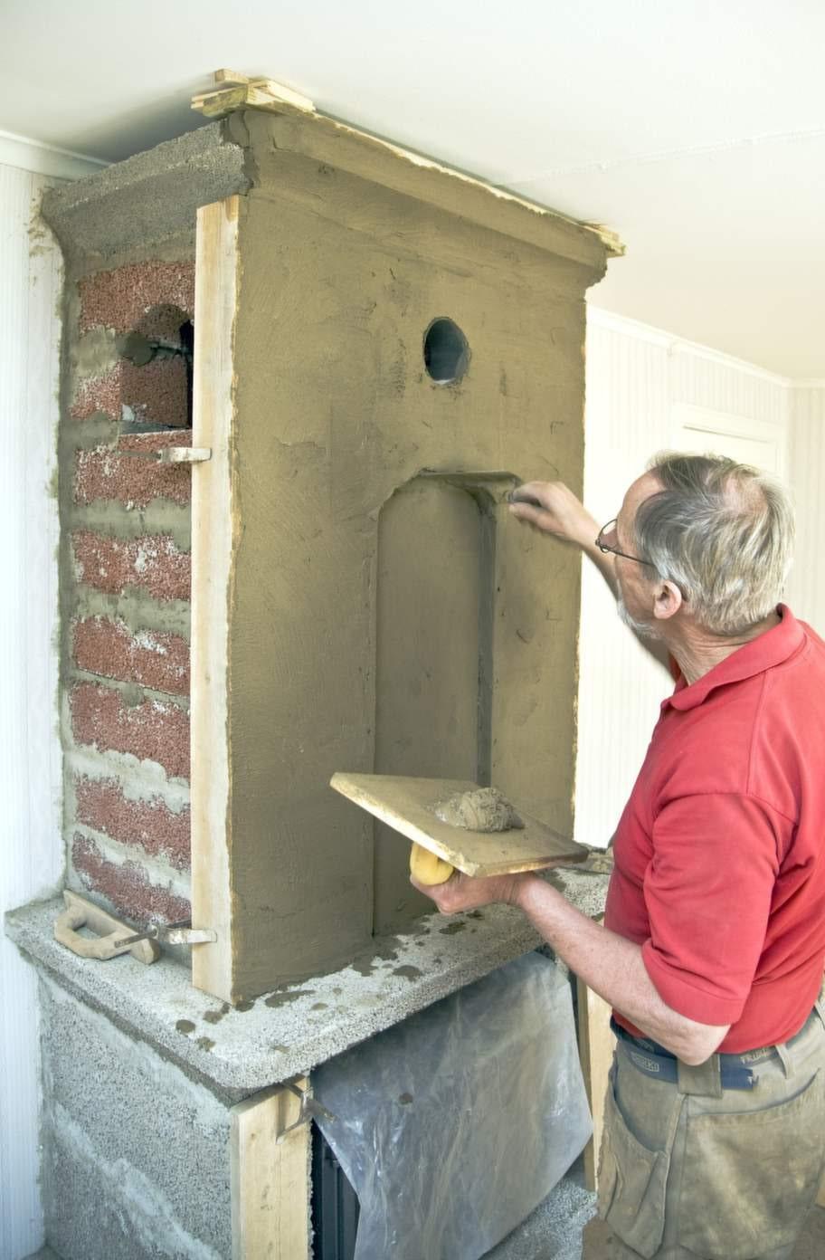 Putsa slätt<br>Att putsa en murspis är en riktig konst. Här krävs en  verklig yrkesman. Nu är nästan hela murspisen färdigputsad. Innan det är  dags att måla måste putsen torka ordentligt - minst 3 dygn.