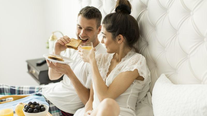 Mång av oss gör mycket mer än bara sover i sängen. Då frodas bakterier och kvalster ännu mer och fortare.