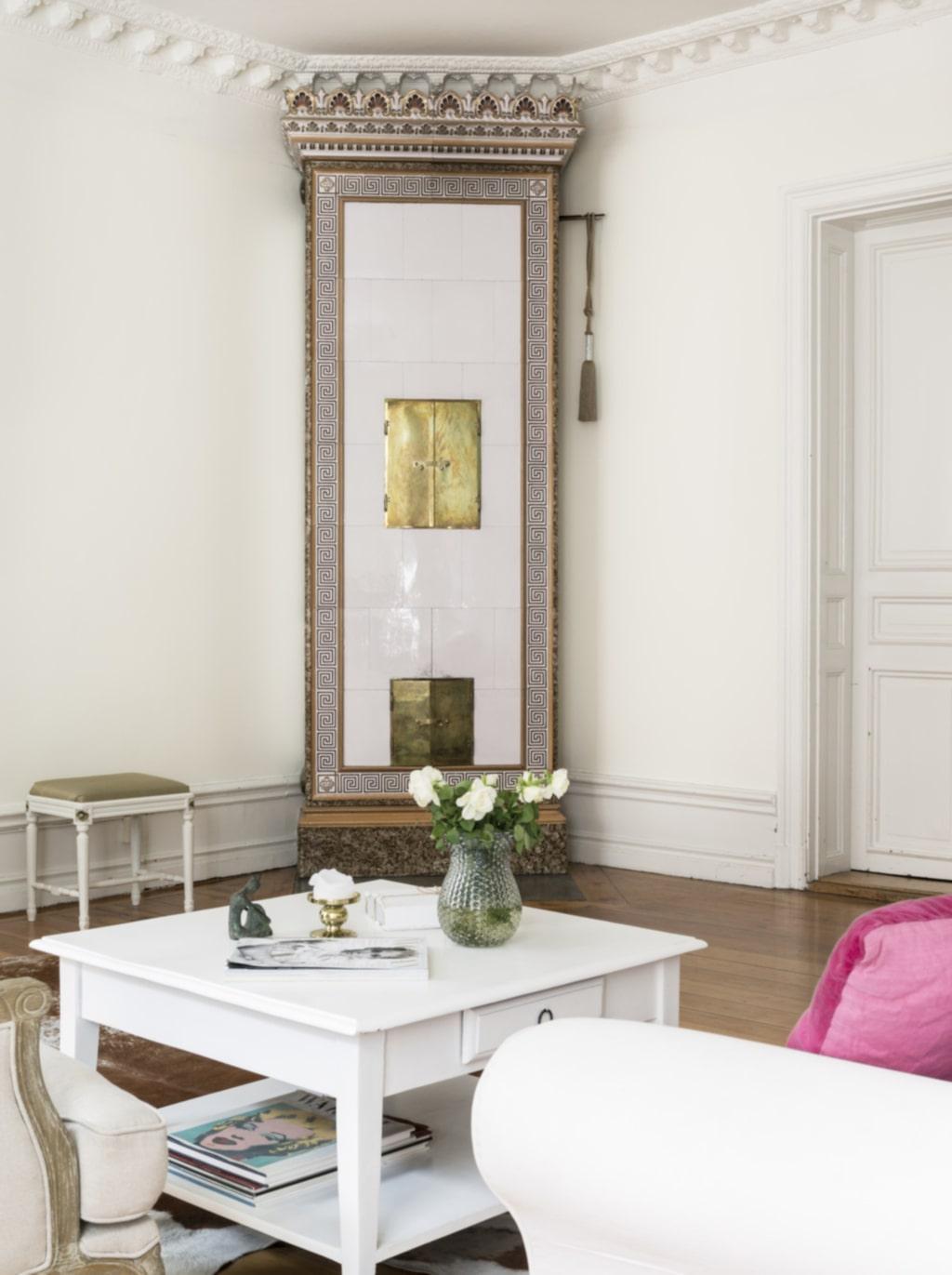 Värmer skönt. I vardagsrummet står en pampig kakelugn som är fullt fungerande och en härlig värmekälla kyliga dagar och kvällar.