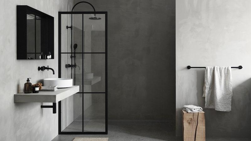 Svenska Vallonia har kombinerat svarta profiler i stål med glas i duschväggen Iconic och skapat ett inslag för badrummet som förenar hantverkstradition med modern lyx. Glasskivan har placerats på insidan, mot duschen, för att underlätta vid rengöring. Duschväggen kommer i tre fasta mått, från 11 900 kr.