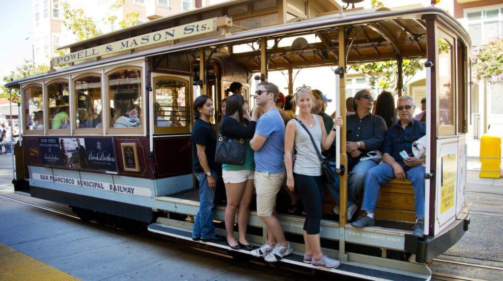 En tur med de gamla spårvagnarna över San Franciscos kullar är ett måste.