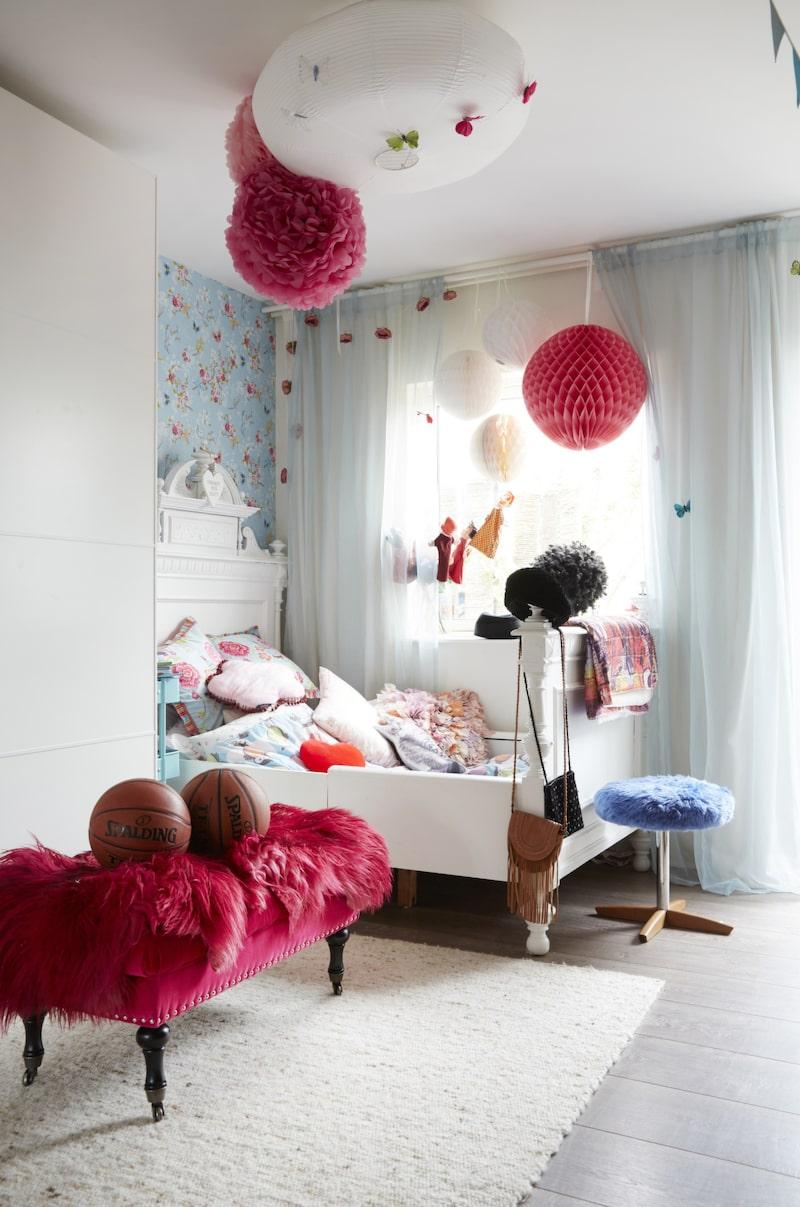 Barnrum. Här bor yngsta dottern Emilia. Sängen är fyndad på Blocket och ommålad. Tapet från Pip studio. Sammetsklädd pall från Åhléns. Röda fällar köpta på loppis.