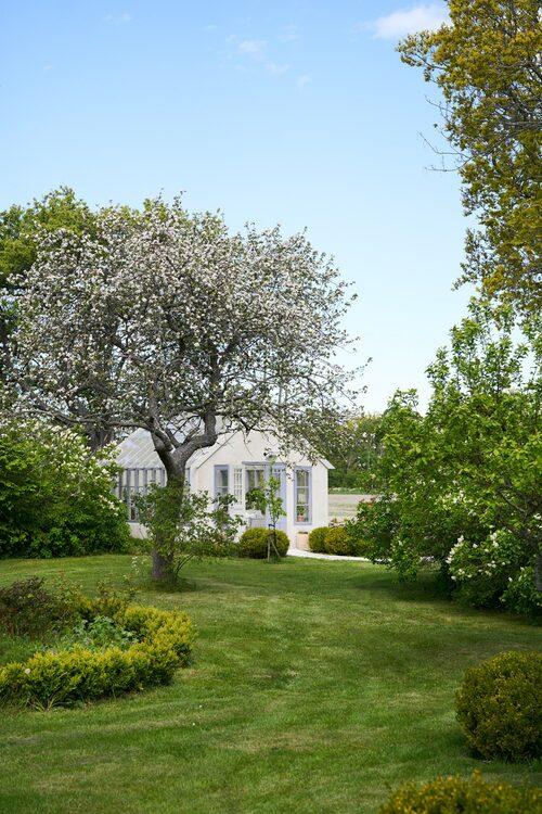 Landskapet i området utgör en säregen kombination av kulturlandskap och orörd natur. Här del av husets egen vackra trädgård.