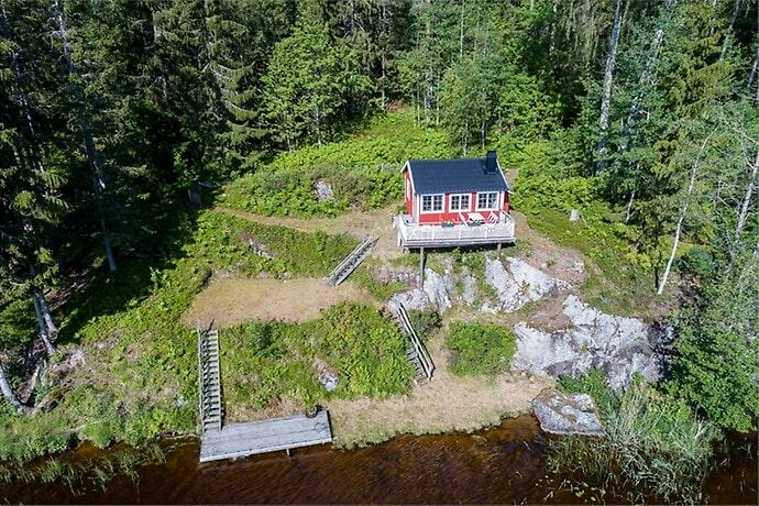 Vid Lindesjön hittar vi ett av åtta hus på 20–30 kvadratmeter som charmar.