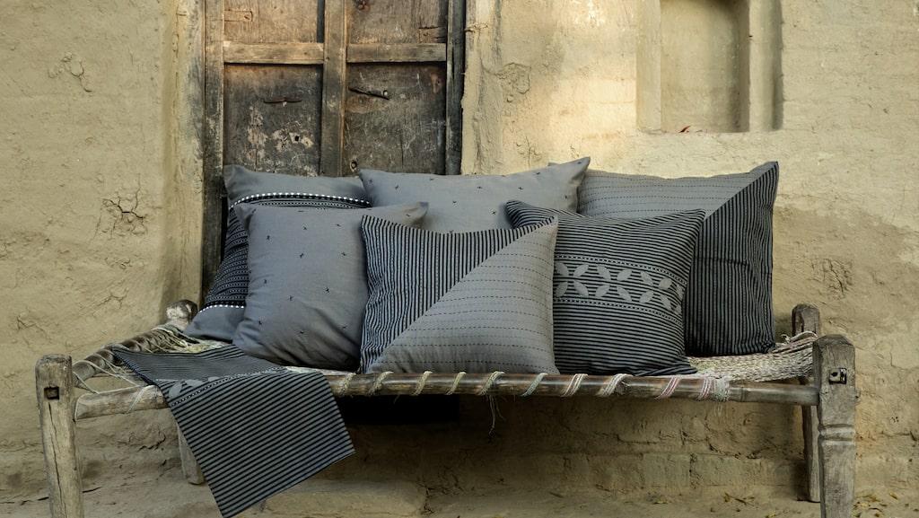 """Kollektionen """"Kryddad"""" i gråskala har broderade textilier och vävda inredningsdetaljer i naturmaterial."""