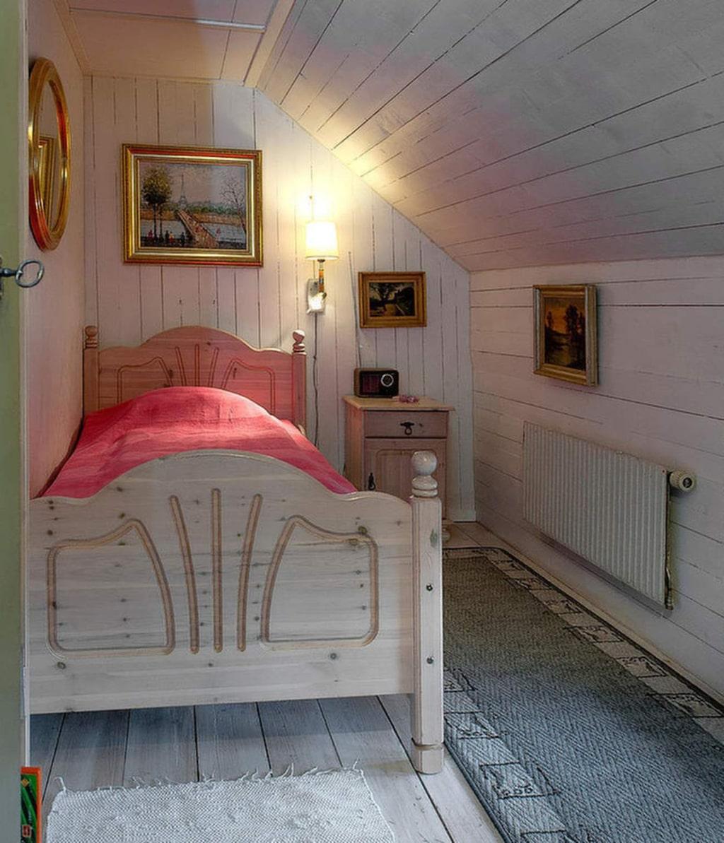 Det här sovrummet inreddes i den före detta klädkammaren. Sovrummet fick en uppsättning möbler från et barn som vuxit ur det. Speglar och tavlor är utrensat från familjer som inte tyckte de passade in i stilen längre. På väggen sitter en före detta hotellampa.