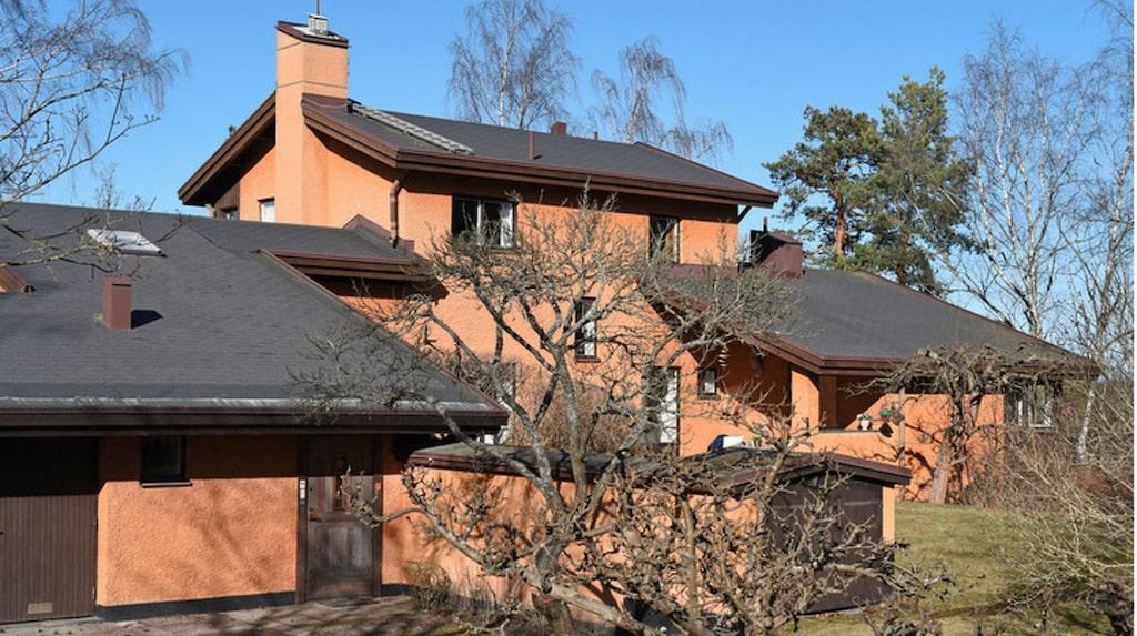 10-rumsvillan är byggd 1972 och säljs av fru Susanna Ramel. Begärt pris 19,5 miljoner kronor.