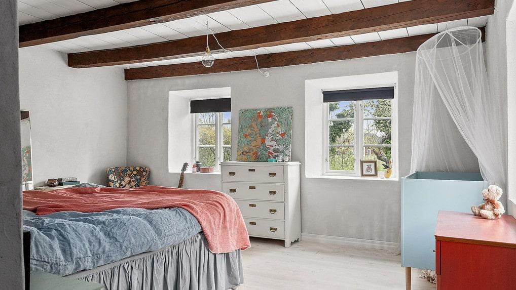 Sovrummet på nedre plan. Även här betong och takbjälkar av trä.