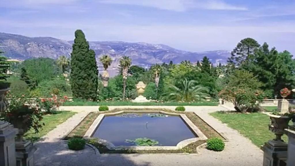 Byggd av kung Leopold II och bebodd av både Chaplin och Churchill.