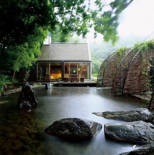 Kvarnhuset som påminner om ett japanskt tehus är placerat mitt på Bjärehalvön i Skåne.