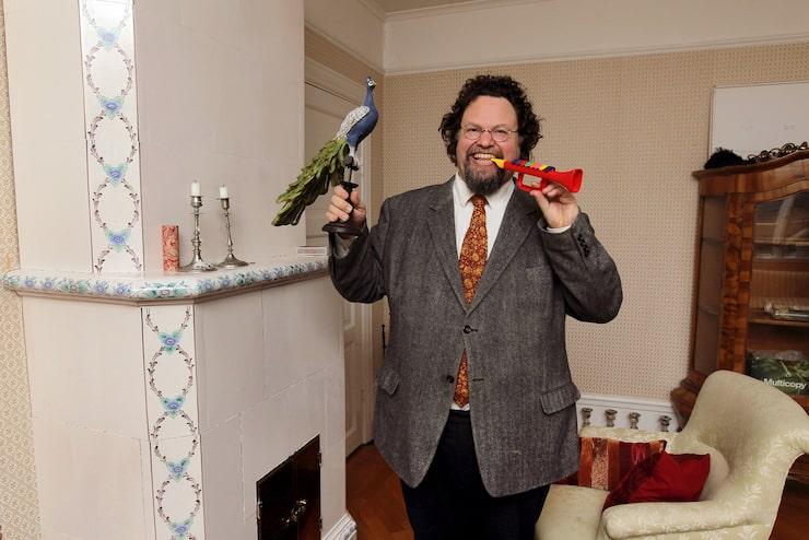 Edward gillar udda inredningsföremål, som träpåfågeln – och leksakstrumpeten, som ursprungligen skaffades till en föreningsritual.
