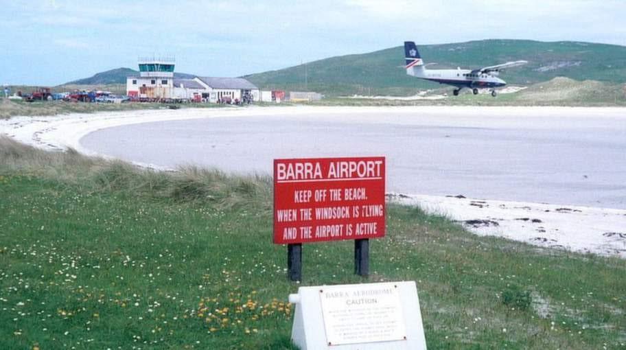 Barra, Skottland. På den här ön i Hebriderna används en sandstrand som flygplats för de över tusen flygningarna årligen.