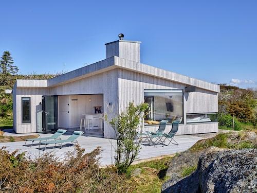 Det nybyggda fritidshuset går under namnet Tusenfalken efter rymdskeppet Millennium Falcon i Star Wars. Fasad, tak och altan är byggt av Organowood. Fönster från Schüco, Karlsson & Dahl i Varberg.