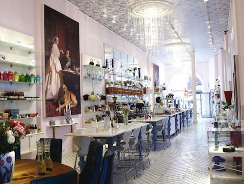 Den moderna tappningen, så kallade smushis (en blandning av smörrebörd och sushi), serveras på Royal smushi café